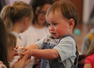 Должен ли ребенок делиться игрушками?