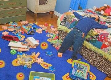 Как приучить ребенка убирать за собой игрушки?