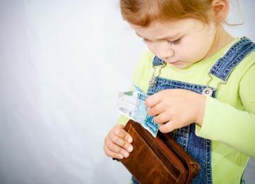 Ребенок ворует деньги у родителей: советы психолога, что делать?