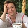 Гуляем и поем: Сергей Безруков показал видео с детьми и женой