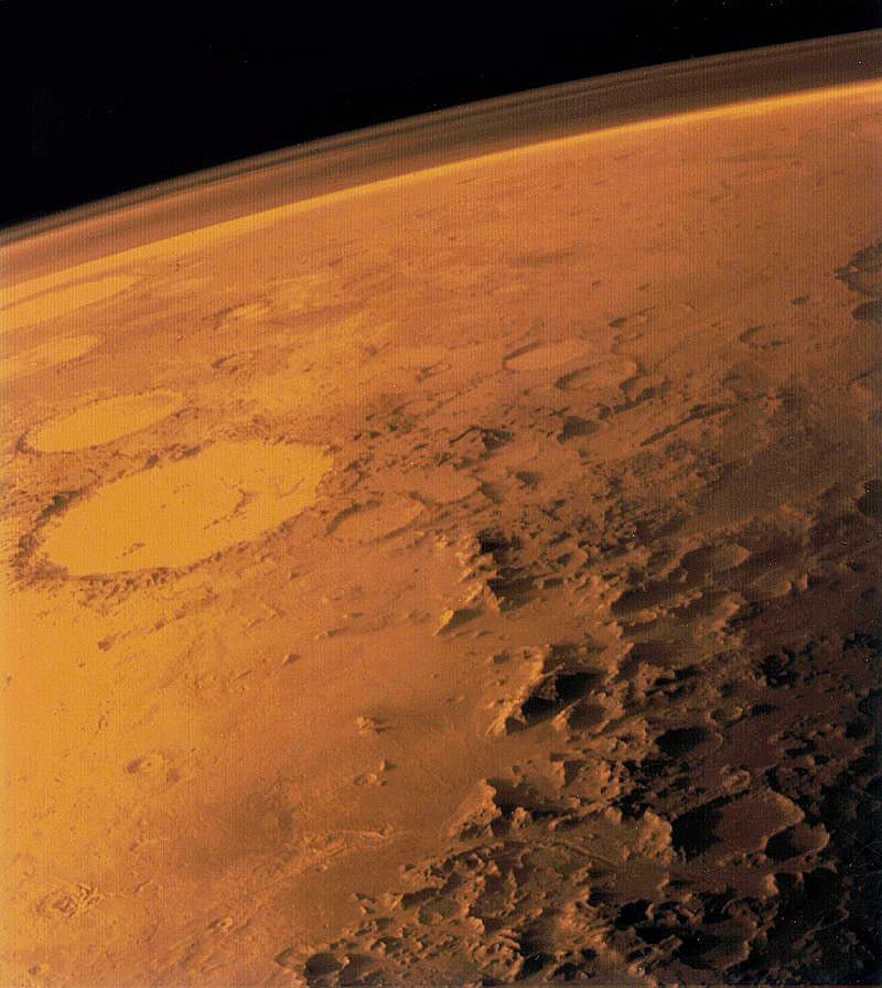 Atmosfera-Marsa-snimok-poluchen-iskusstvennyim-sputnikom---Viking---v-1976-godu.-Sleva-viden---krater-smaylik---Galle.jpg