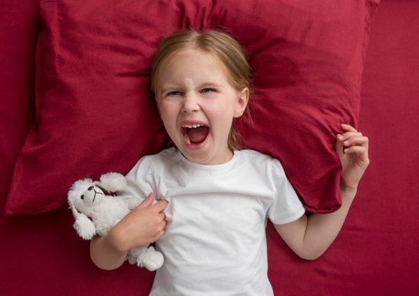 child-girl-lying-bed-refuses-sleep-600x424.jpg