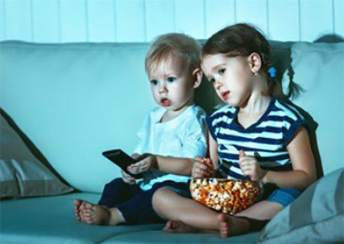 deti-ochen-vnimatelno-smotryat-televizor.jpg
