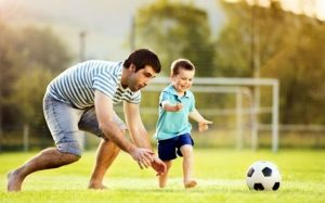 papa-i-sun-igrayut-v-futbol-300x187.jpg