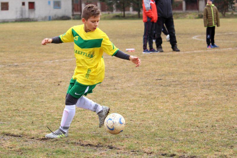 podrostok-igraet-v-futbol-800x534.jpg