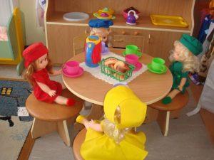 pravila-povedeniya-za-stolom-dlya-detej-v-igre-kartinka-300x225.jpg
