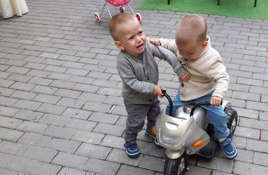 rebenok-ne-hochet-delitsya-igrushkoy-e1577695589479.jpg